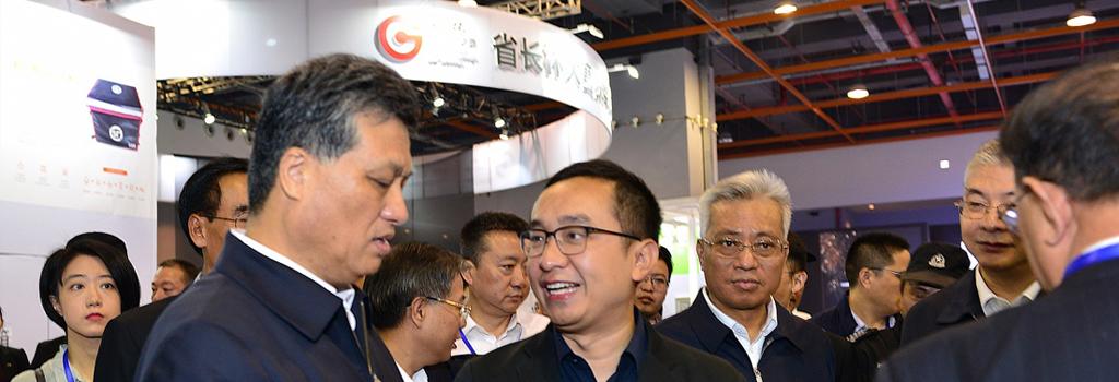 张崟副会长向马兴瑞省长介绍本届智能装备专项赛基本情况